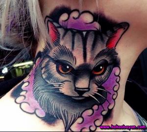 boyunda kedi dövmesi