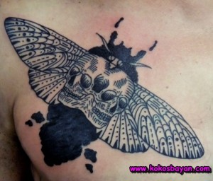 siyah beyaz kuru kafa kelebek dövmesi