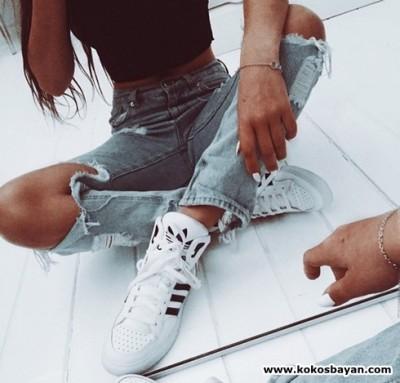 boyfriend jeans yırtık kot spor ayakkabı kombin