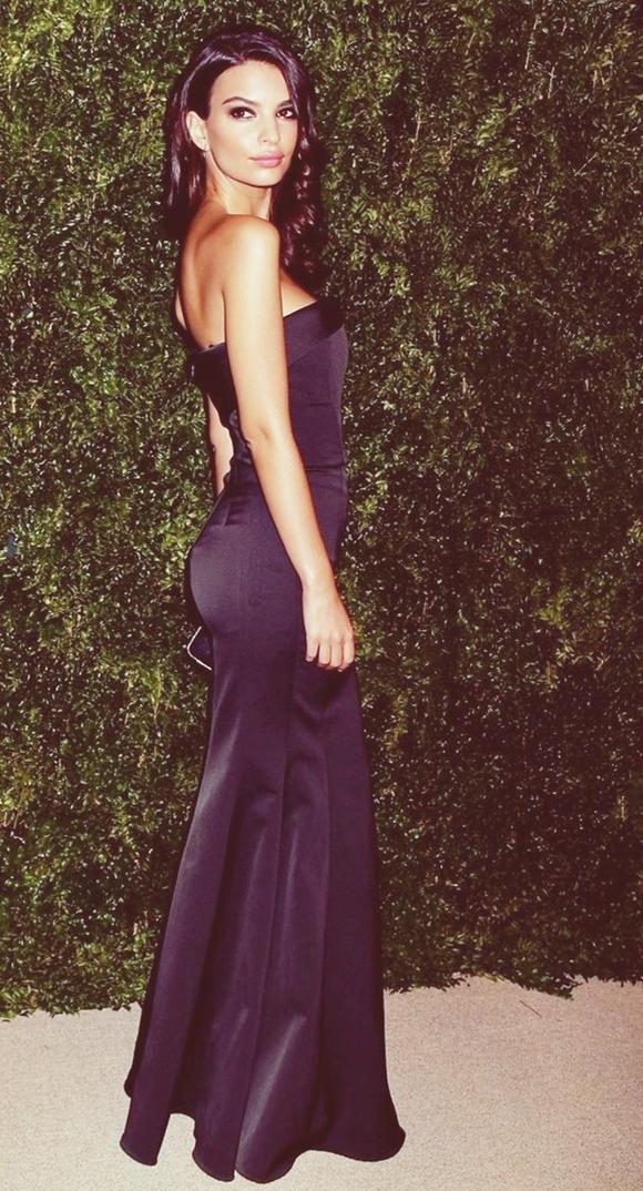Emily Ratajkowski siyah gece elbisesi