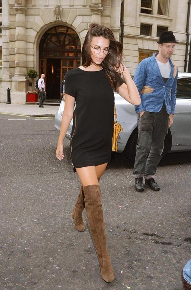 Emily Ratajkowski siyah mini elbise kahve uzun çizme