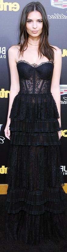 Emily Ratajkowski siyah straplez dantel uzun elbise