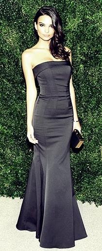 Emily Ratajkowski siyah straplez saten elbise