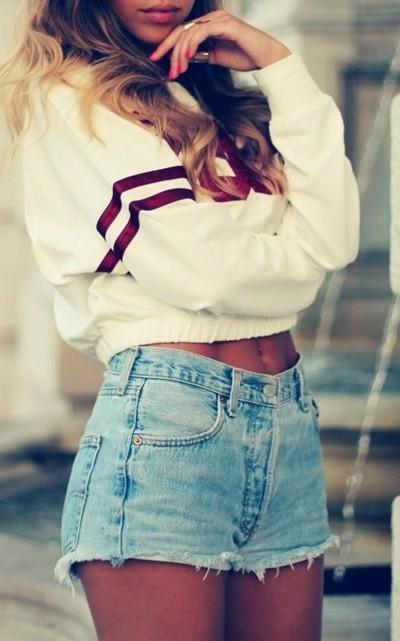 beyaz sweatshirt kot şort kombin