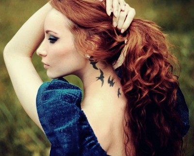 boyun ense kadın kuş dövmesi