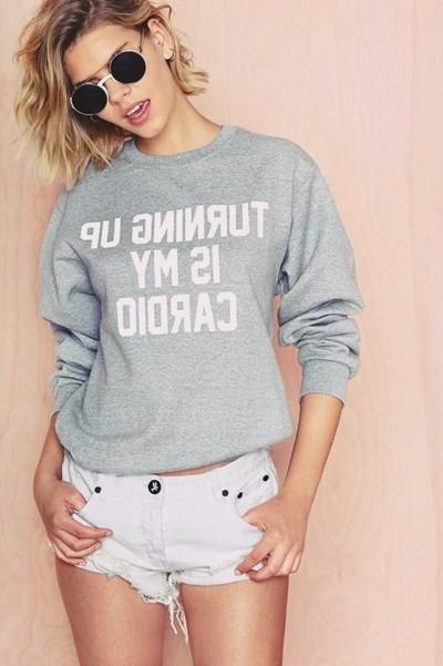 gri sweatshirt beyaz kot şort kombin