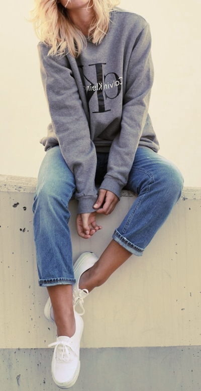 gri sweatshirt boyfriend jeans kombin