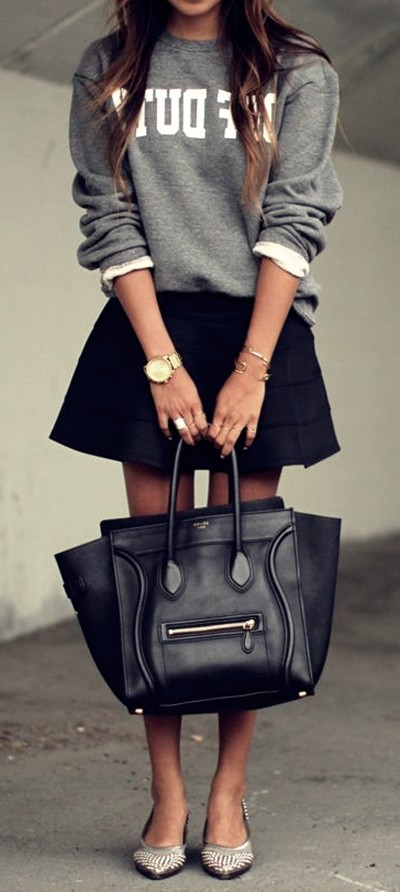 gri sweatshirt siyah etek kombin