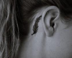 kulak arkası kuş tüyü dövme