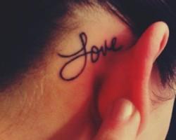 kulak arkası yazı dövme
