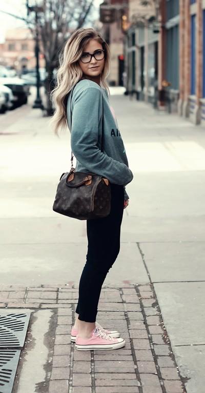 mavi sweatshirt siyah pantolon kombin