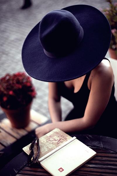 siyah askılı elbise şapka kombin