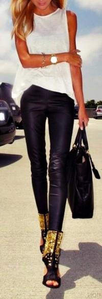 siyah deri pantolon beyaz badi kombin