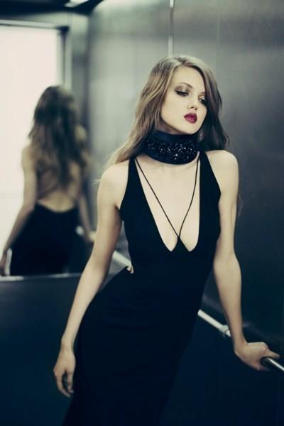 siyah göğüs dekolteli elbise