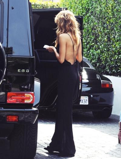 siyah sırtı açık elbise