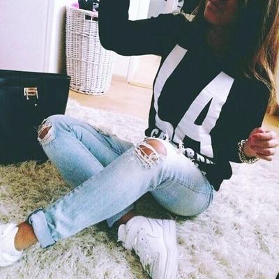 siyah sweatshirt yırtık kot kombin