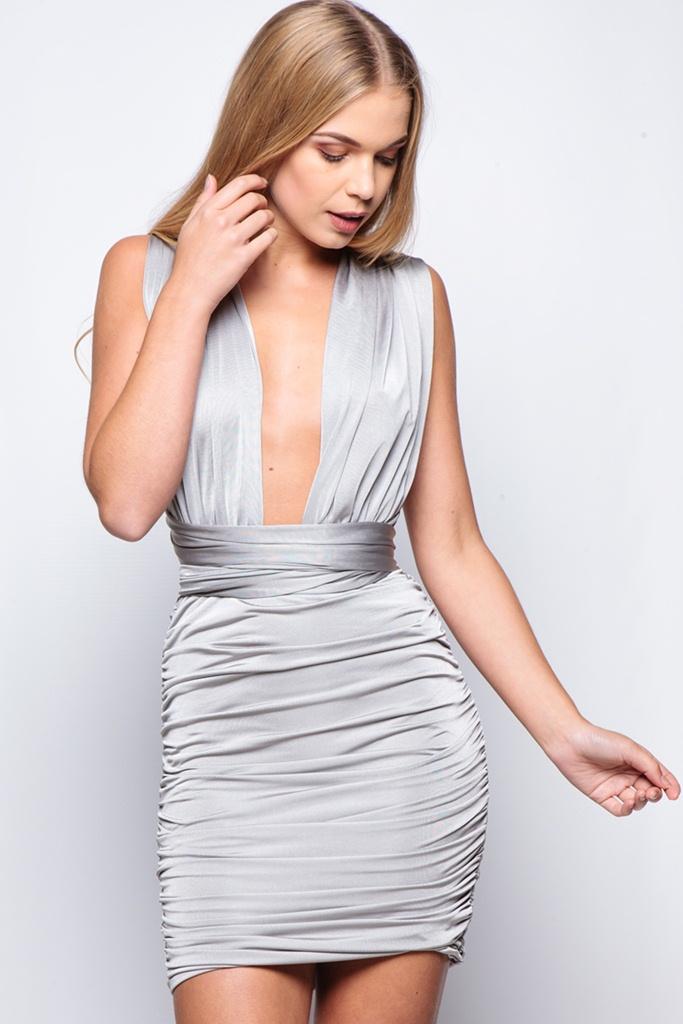 gümüş rengi dekolteli mini gece elbisesi