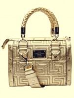 altın rengi deri kol çantası versace