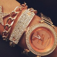 altın sarısı taşlı kadın kol saati Michael kors