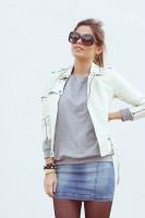 beyaz deri ceket gözlük kadın mavi kot etek