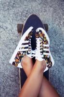 beyaz desenli kadın adidas spor ayakkabı