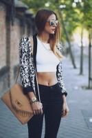 beyaz göbeği açık badi top crop mini kısa hırka desenli siyah yüksek bel pantalon taba çanta kadın