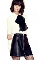 beyaz gömlek siyah şal mini deri etek modası tarz kadınlar