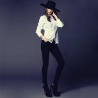 beyaz kadın gömlek siyah pantalon platform ayakkabı