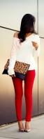 beyaz kazak kırmızı dar pantolon kombini