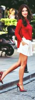beyaz mini etek kırmızı kadın gömlek topuklu ayakkabı