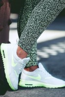 beyaz neon yeşil kadın spor ayakkabı nike