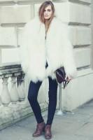 beyaz uzun tüylü kürk ceket siyah pantalon kadın ayakkabı