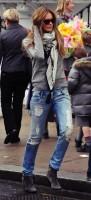 boyfriend jeans yırtık kot gri kazak kombini