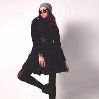 gri şapka siyah uzun mont kaban kadın ceket siyah yüksel bel dar pantalon bot modası