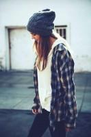 gri ekose gömlek kadın gri bere siyah pantalon