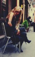 gri füme mini elbise siyah uzun ceket diz üstü çizme bot