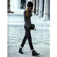 gri kazak triko bot kadın tarz siyah dar pantalon kısa el çantası bere şapka