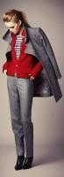 gri kumaş pantolon kırmızı kazak kaşe mont