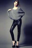 gri tüylü kazak deri siyah pantolon