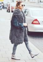 gri uzun kürk yelek yeşil kadın triko kazak jean gri kısa bot çizme