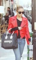 kırmızı deri ceket kadın mavi dar kot pantalon