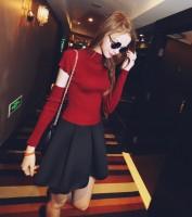 kırmızı kazak siyah gözlük siyah mini pileli etek