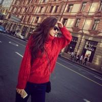 kırmızı mont ceket siyah kadın mini etek gözlük