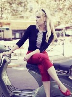 kırmızı pantolon siyah hırka babet retro style tarz