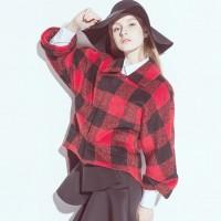 kırmızı siyah gömlek kadın ekose siyah şapka
