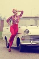 kırmızı yüksek bel pantolon kareli gömlek retro stili