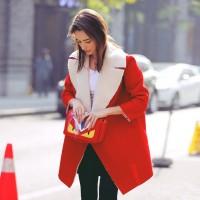 kırmızı yakası kürklü kadın kaban mont