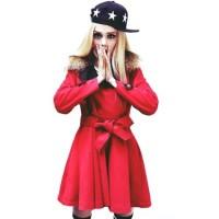 kırmızı yakası siyah uzun bağcıklı kemerli ceket mont