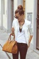 kadın beyaz blazer ceket siyah pantalon taba çanta