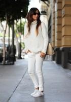 kadın-beyaz-kazak-dar-pantalon-krem-çanta-ayakkabı